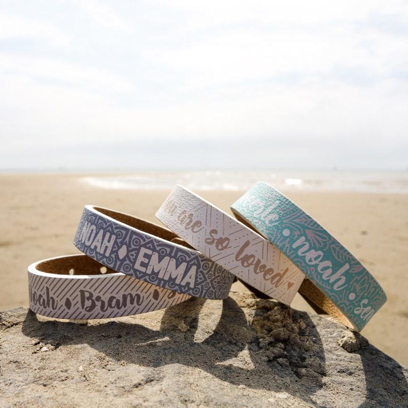 Armband met eigen tekst op strand