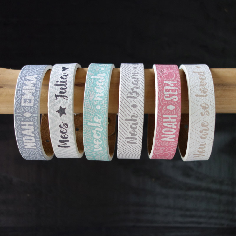 Armband met eigen tekst op hout