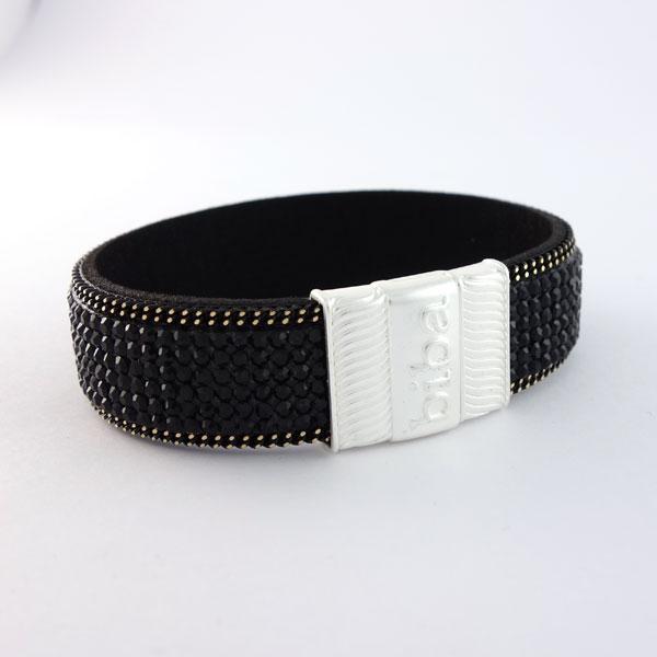 De armband is voorzien van verschillende schitterende steentjes de